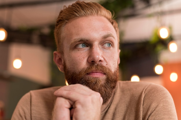 Бородатый мужчина смотрит в сторону