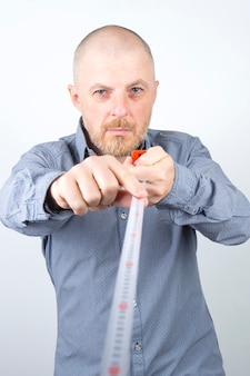턱수염이 난 남자는 측정 줄자를 센티미터