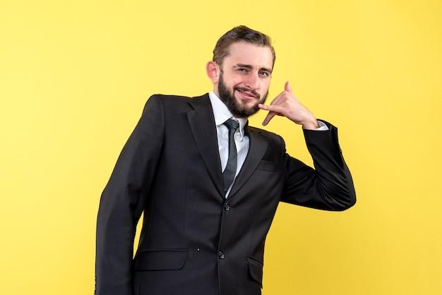 Gestore di uomo barbuto che mostra contattami gesto