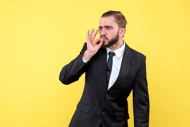 Manager di uomo barbuto che mostra gesto perfetto