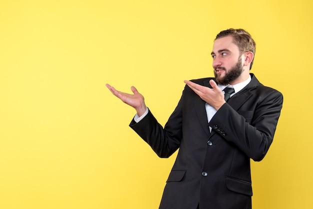 Бородатый мужчина что-то издевается