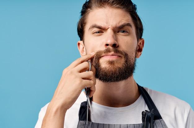 あごひげを生やした男の現代的なヘアスタイルのファッションの仕事。高品質の写真