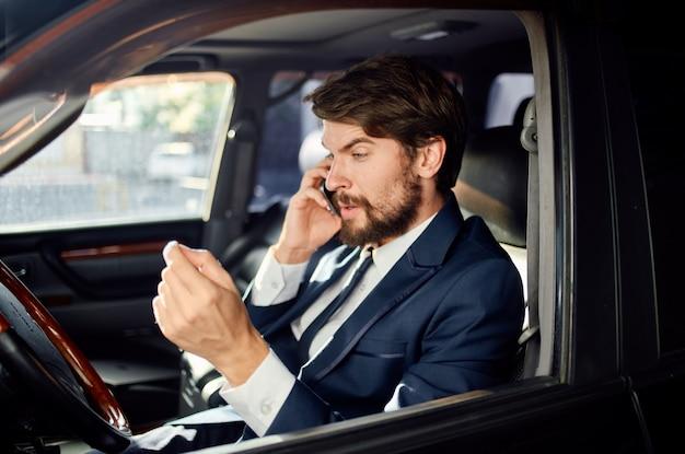 あごひげを生やした男性公式助手席ドライバー道路自信
