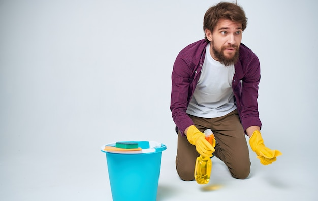 Бородатый мужчина на полу, уборка, чистящие средства, домовладелец