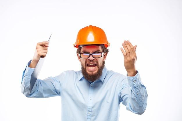 頭の保護ユニフォームにひげを生やした男のオレンジ色のヘルメット