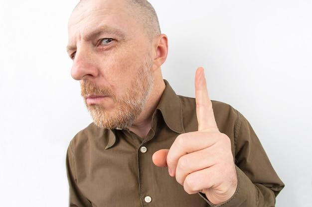 그의 검지 손가락을 가리키는 수염 된 남자