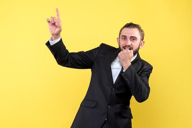 Uomo barbuto che indica qualcosa con l'espressione facciale sorpresa
