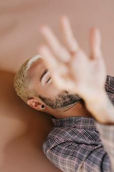스튜디오에서 포즈를 취하는 수염 난된 남자
