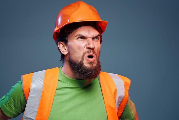 수염 난된 남자 보호 유니폼 산업 고립 된 배경