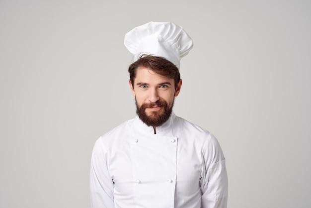 あごひげを生やしたレストランサービスのプロの手のジェスチャー