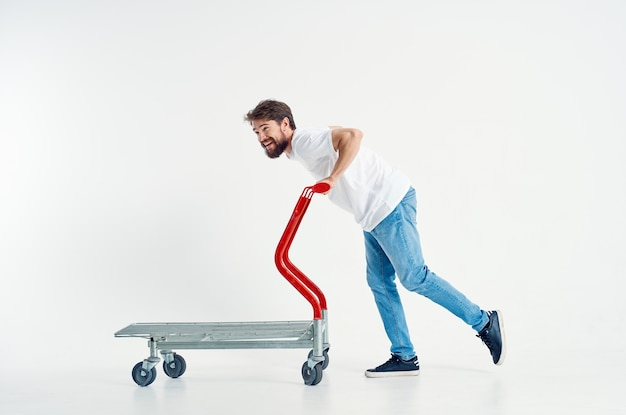 ひげを生やした男は、明るい背景を出荷するカートエンターテインメントに乗る