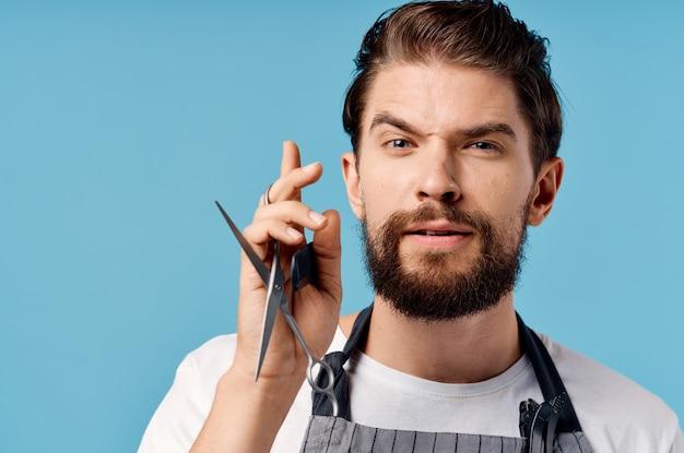 あごひげを生やした男のはさみは、サービスの提供をとかします。高品質の写真