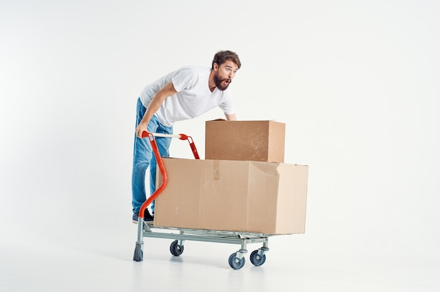 箱の孤立した背景で輸送を出荷するひげを生やした男。高品質の写真