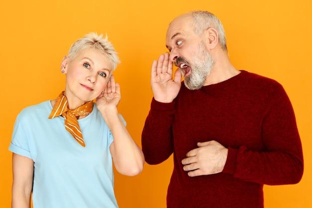 Uomo barbuto che grida a sua moglie sorda