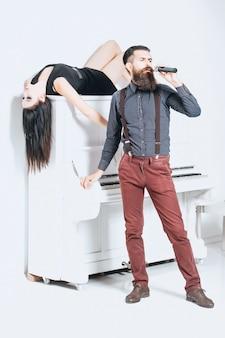Бородатый мужчина поет и женщина