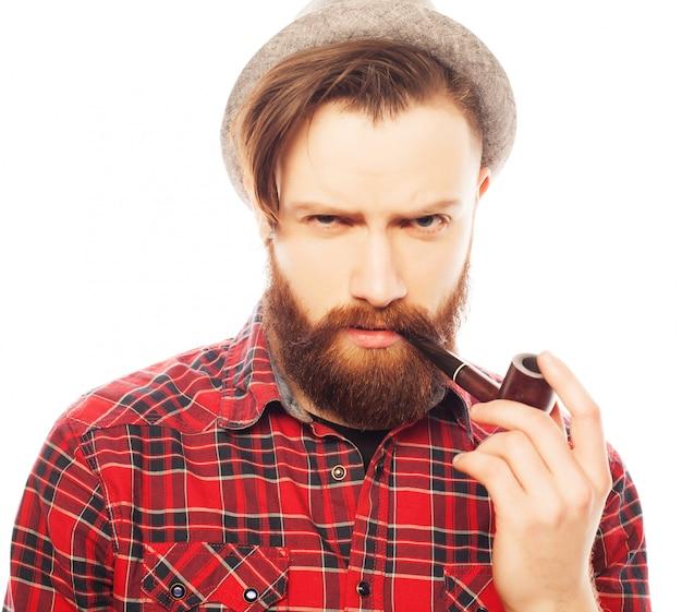 ひげを生やした男がパイプを吸って