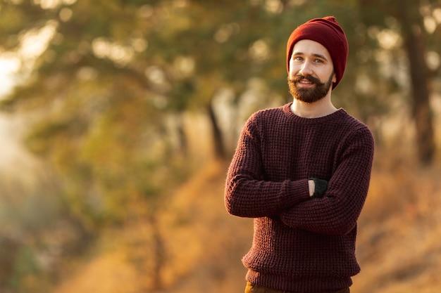 Бородатый мужчина, оставаясь на природе