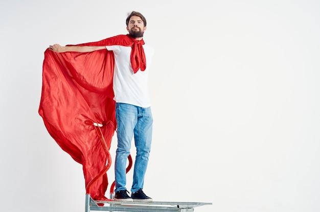 孤立した背景を出荷するひげを生やした男のスーパーヒーロー