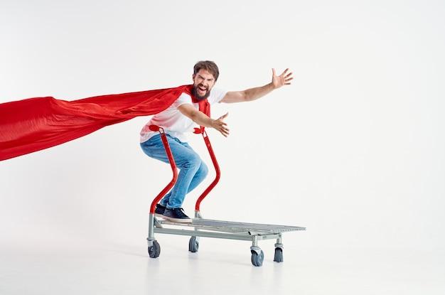 ひげを生やした男のスーパーヒーロー輸送明るい背景