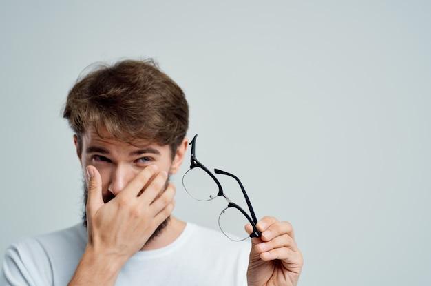 白いtシャツのクローズアップでひげを生やした男の視力の問題