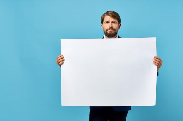 手でひげを生やした男の白いバナー空白シートプレゼンテーション青い背景。高品質の写真
