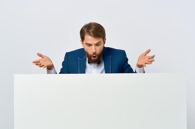 手でひげを生やした男の白いバナー空白シートプレゼンテーション白い背景。高品質の写真