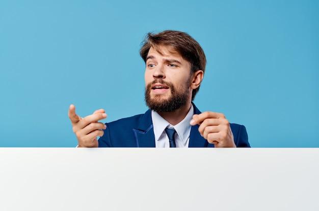 孤立した背景を宣伝する手でひげを生やした男の白いモックアップポスター