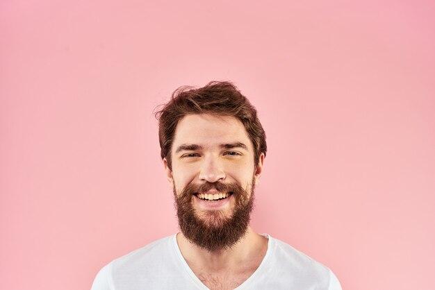 分離されたひげを生やした男の白いtシャツ