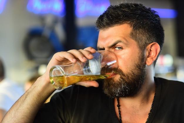 맥주 한 잔을 든 수염 난 남자는 펍 맥주 시간에서 맥주 한 잔을 든 수염 난 남자를 즐긴다