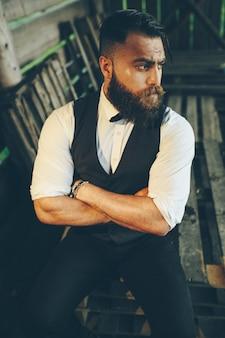 Бородатый мужчина с очень интересной внешностью