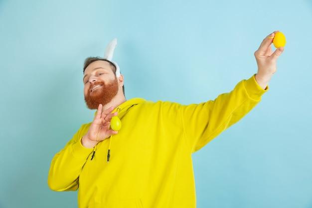 Uomo barbuto con orecchie da coniglio per pasqua