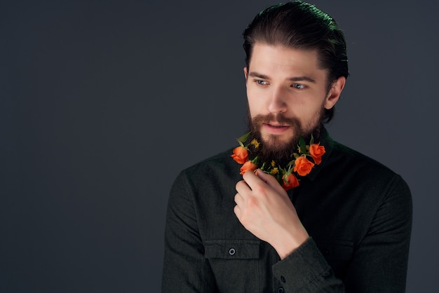 花とひげを生やした男黒シャツスタジオポーズ