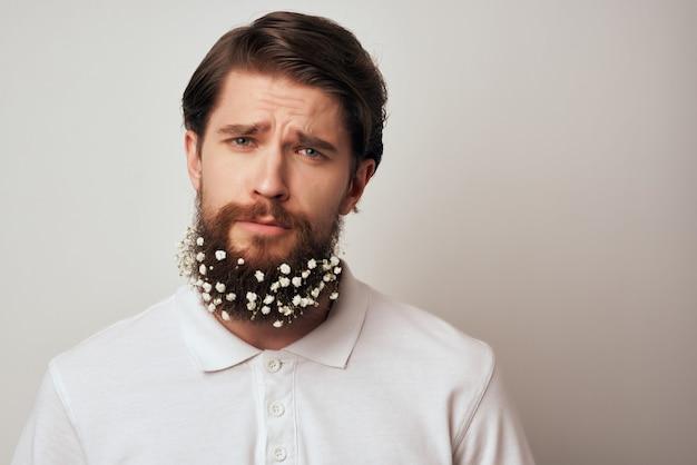 シャツスタジオのライフスタイルでひげに花を持つひげを生やした男