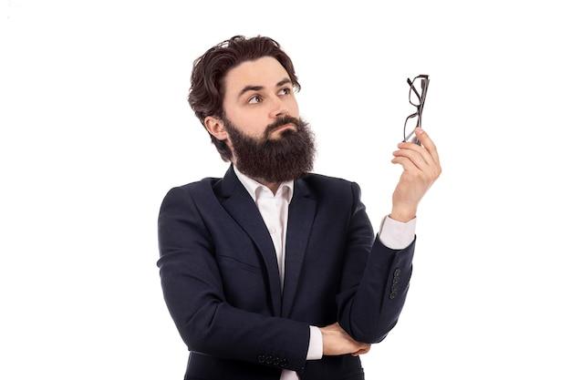 손에 시력을위한 안경 수염 난 남자, 파란색 벽에 이미지