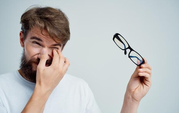 Бородатый мужчина в очках, проблемы со зрением, здоровье