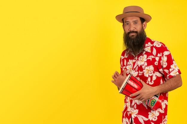 Uomo barbuto con tamburo fatto a mano