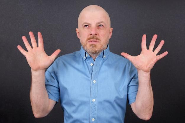 Бородатый мужчина с поднятыми руками
