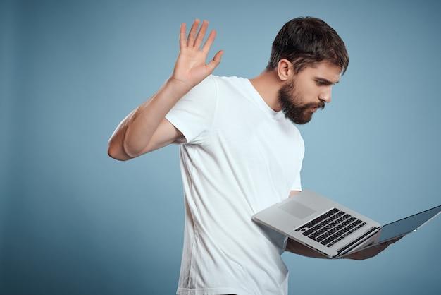 手にラップトップを持つひげを生やした男技術仕事インターネット