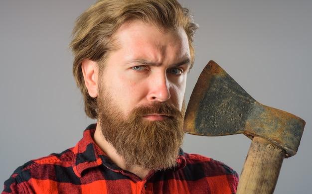 Бородатый мужчина со старым топором крупным планом портрет человека с топором канадский дровосек бородатый мужчина со старым топором