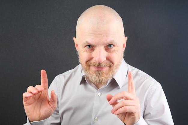 Бородатый мужчина с вытянутыми руками и открытыми ладонями