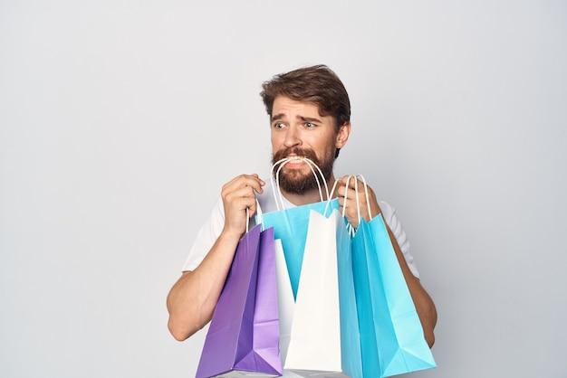 Бородатый мужчина с пакетами в руках покупки развлечений со скидками