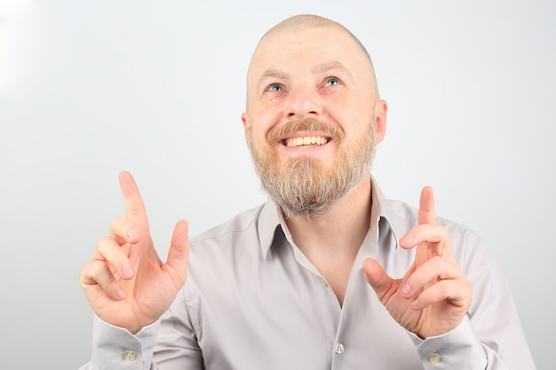 Бородатый мужчина с поднятыми руками, глядя вверх