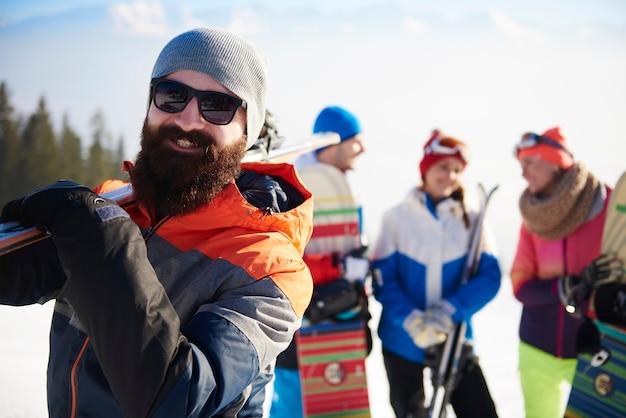 Uomo barbuto con attrezzatura da sci