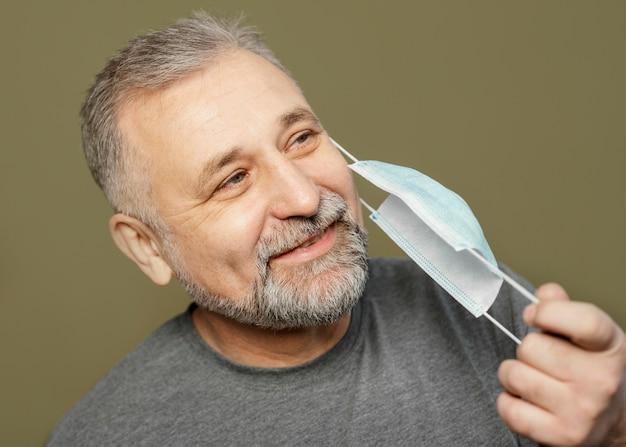 Uomo barbuto con mascherina chirurgica