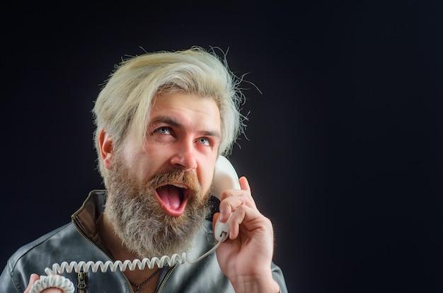 수염 난된 남자와 전화 송수화기 잘생긴 남자 레트로 핸드셋에서 이야기 핸드셋으로 수염된 남자
