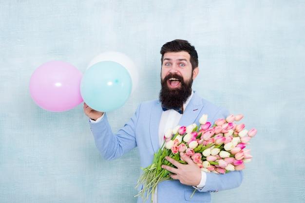 튤립과 수염 난된 남자입니다. 봄 파티. 서프라이즈 파티 로맨틱 프로포즈 아이디어. 배우자를 위한 선물. 공기 풍선 남자입니다. 생일 파티. 꽃 부케와 수염된 남자 소식통입니다. 여성의 날.