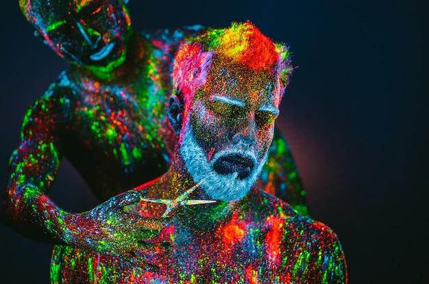 이발소에서 자외선 가루 수염 된 남자
