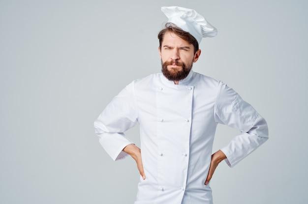 ひげを生やした男は制服の職業キッチン明るい背景を動作します