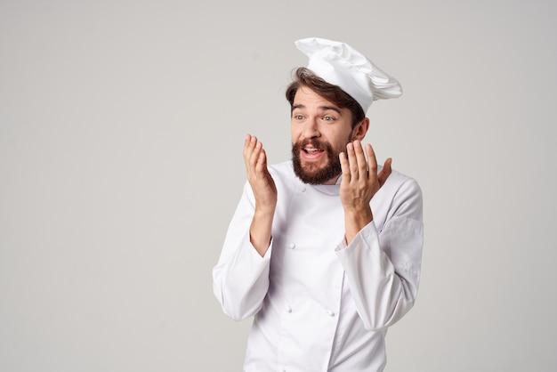 あごひげを生やした男仕事制服職業キッチンポーズスタジオ