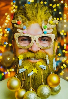 수염 된 현대 산타 클로스 초상화를 닫습니다.